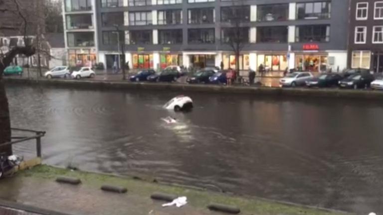Amsterdam: Mężczyźni ratują kobietę i dzieckiem z tonącego auta.