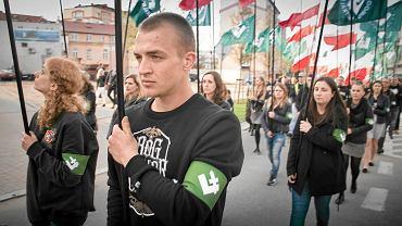 """""""A na drzewach zamiast liści będą wisieć syjoniści!"""" - skandowali aktywiści ONR maszerując przez Białystok 16.04.2016"""