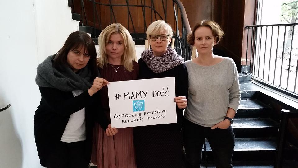 Od lewej: Iwona Babicz, Dorota Łoboda, Anna Plewicka-Szymczak i Milena Leśniak z ruchu 'Rodzice przeciw reformie edukacji'