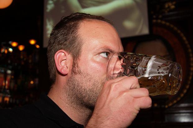 """""""Tylko jedno piwo"""" nie szkodzi? Według najnowszych badań takie myślenie kosztuje co najmniej pół roku życia"""