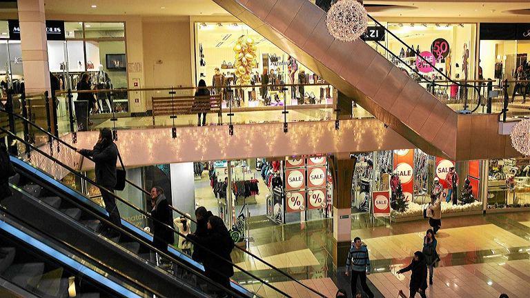 Klienci w centrum handlowym w Białymstoku