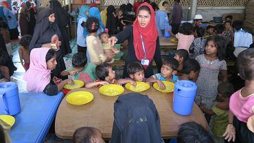 Uchodźcy,  którzy nie mają dość sił lub możliwości, by gotować samodzielnie, korzystają w banglijskich obozach z publicznych garkuchni, prowadzonych przez organizacje humanitarne. Te dwa razy dziennie wydają ryż z soczewicą na ostro, podstawową potrawę w rejonie Koks Badźar.
