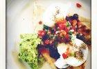 Gwyneth PalthrowWszyscy celebryci dbający o swoje zdrowie starają się na śniadanie jeść dobrze zbilansowane posiłki, które zawierają wszystkie substancje odżywcze. Tak jest również w przypadku Gwyneth Palthrow. Aktorka pokazała na swoim Instagramie śniadaniowe zdjęcie tortilli z salsą z papryki, czerwonej fasoli i kolendry z guacamole z awokado i jajkiem w koszulce. - Zdjęcia