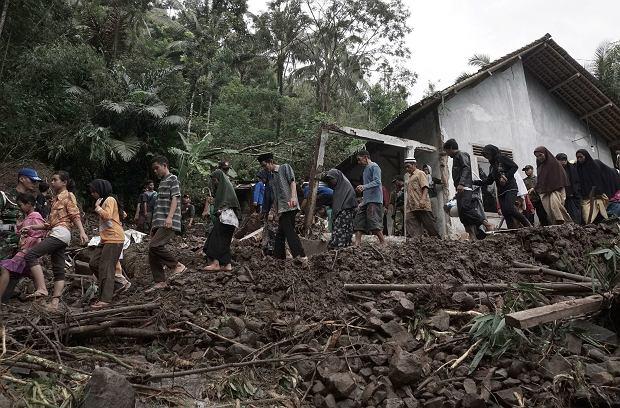 Blisko 50 ofiar śmiertelnych powodzi i lawin błotnych w Indonezji
