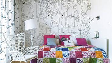 Na ścianę wybrano czarno-białą tapetę (można ją też kupić w wersji wielobarwnej). Taka okładzina nie opatrzy się zbyt szybko, będzie również pasowała do dodatków w innych kolorach.