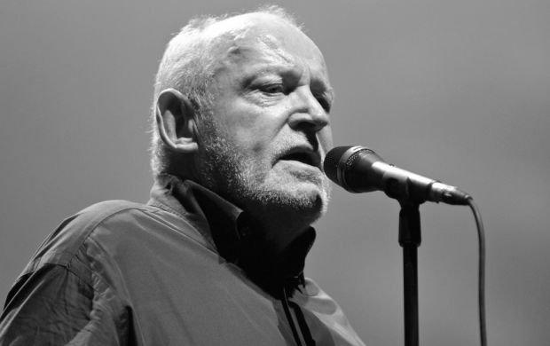 """Obdarzony charakterystyczną chrypką Joe Cocker zmarł w wieku 70 lat. Gwiazdor od dłuższego czasu zmagał się z   rakiem płuc i prawdopodobnie to było przyczyną jego śmierci. Jego agent Barrie Marshall powiedział, że Cocker   był """"po prostu wyjątkowy"""" i """"będzie niemożliwością zapełnić pustkę, jaką zostawił w naszych sercach"""".   Brytyjski wokalista podbił serca publiczności na całym świecie takimi hitami jak """"Unchain My Heart"""", """"You Are   So Beautiful"""" czy """"Up Where We Belong"""". Był laureatem wielu nagród muzycznych, w tym Grammy."""