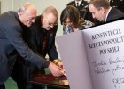 Egzemplarz konstytucji z podpisami Jaros�awa Kaczy�skiego i Bronis�awa Komorowskiego