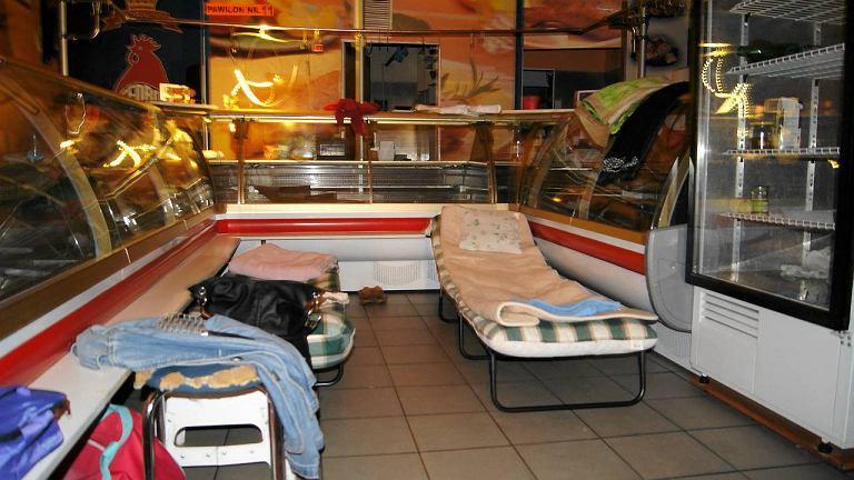 Kupcy z podziemi przy Centralnym nocują w swoich sklepach