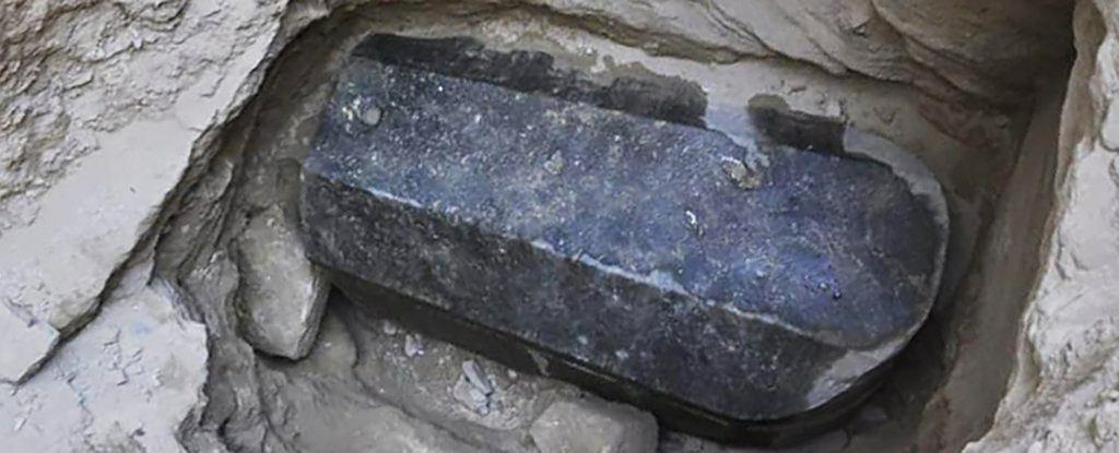 W Egipcie odnaleziono wielki, czarny sarkofag z granitu