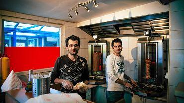 Feras (pierwszy z lewej) i Fadi pracują w kebabie Jerusalem