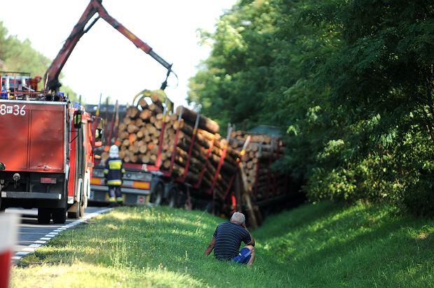 Tragiczny wypadek pod Zieloną Górą. Twingo wjechało pod ciężarówkę. Nie można wydobyć ofiar