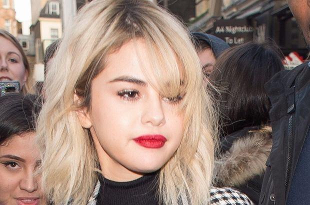 Selena Gomez pojawiła się w poniedziałek w Londynie. Gdy rozbłysły flesze, okazało się, że piosenkarka nie ma bielizny.