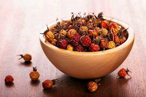 Wino z suszonych owoców głogu lub dzikiej róży