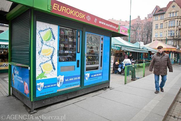 Puste kioski zmieni� si� w automaty. Pierwszy ju� jest: wafelki, prezerwatywy, Rodziewicz�wna...