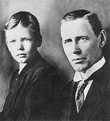 Charles Lindbergh: człowiek, który zmniejszył świat, logo z klasą, Charles Lindbergh jako dziecko ze swym ojcem