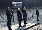 Min. Marek Gróbarczyk, Jarosław Kaczyński i kandydat PiS na prezydenta Elbląga Jerzy Wilk podczas uroczystości na plaży w Katach Rybackich
