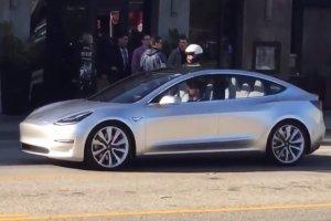 Wideo | Tesla Model 3 wyjecha�a na drogi