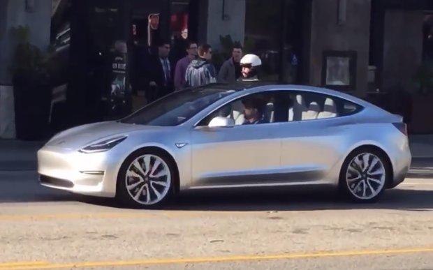 Wideo | Tesla Model 3 wyjechała na drogi