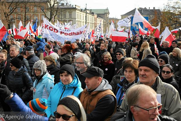 Święto Niepodległości w Krakowie. PiS i KOD w jednym marszu. Były gwizdy i wyzwiska