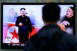 Kim Dzong Un wreszcie pojawi� si� w mediach, ale chodzi o lasce. Co mu si� sta�o?