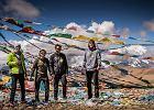 12.09.2013 Oczarowani Tybetem 'Dzisiaj z samego rana wyjechaliśmy z Nyalam i obraliśmy kierunek na Mount Kailash. Przejechaliśmy samochodem 350km. Z reguły nie jestem fanem podróży samochodem, ale po dzisiejszym dniu zmieniłem zdanie. Nasza podróż była tak nasycona ilością przepięknych obrazków, że do teraz widzę je wszystkie przed oczami. Dzisiejszego dnia śmiało mogę powiedzieć, że właśnie zobaczyłem piękno Tybetu, i że ujęcia z filmów, naprawdę istnieją.'