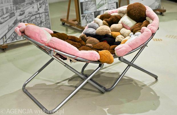 Wystawa mebli z recyklingu: pufa z opony, fotel z wanny, żyrandol z herbaty [ZDJĘCIA]