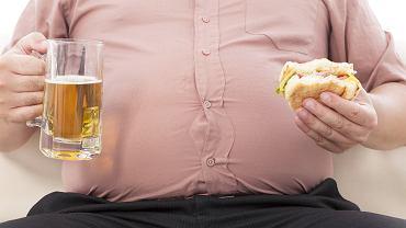 Otyłość brzuszna, trzewna lub centralna to groźne skupisko tkanki tłuszczowej w okolicach jamy brzusznej. Dolegliwość ta znacznie częściej dotyka mężczyzn i może być przyczyną wielu problemów zdrowotnych