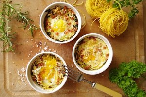 Tagliatelle zapiekane z jajkiem