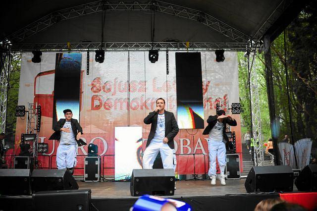 Koncert zespołu Weekend, który zasłynął hitem ''Ona tańczy dla mnie'', podczas pierwszomajowego pochodu SLD