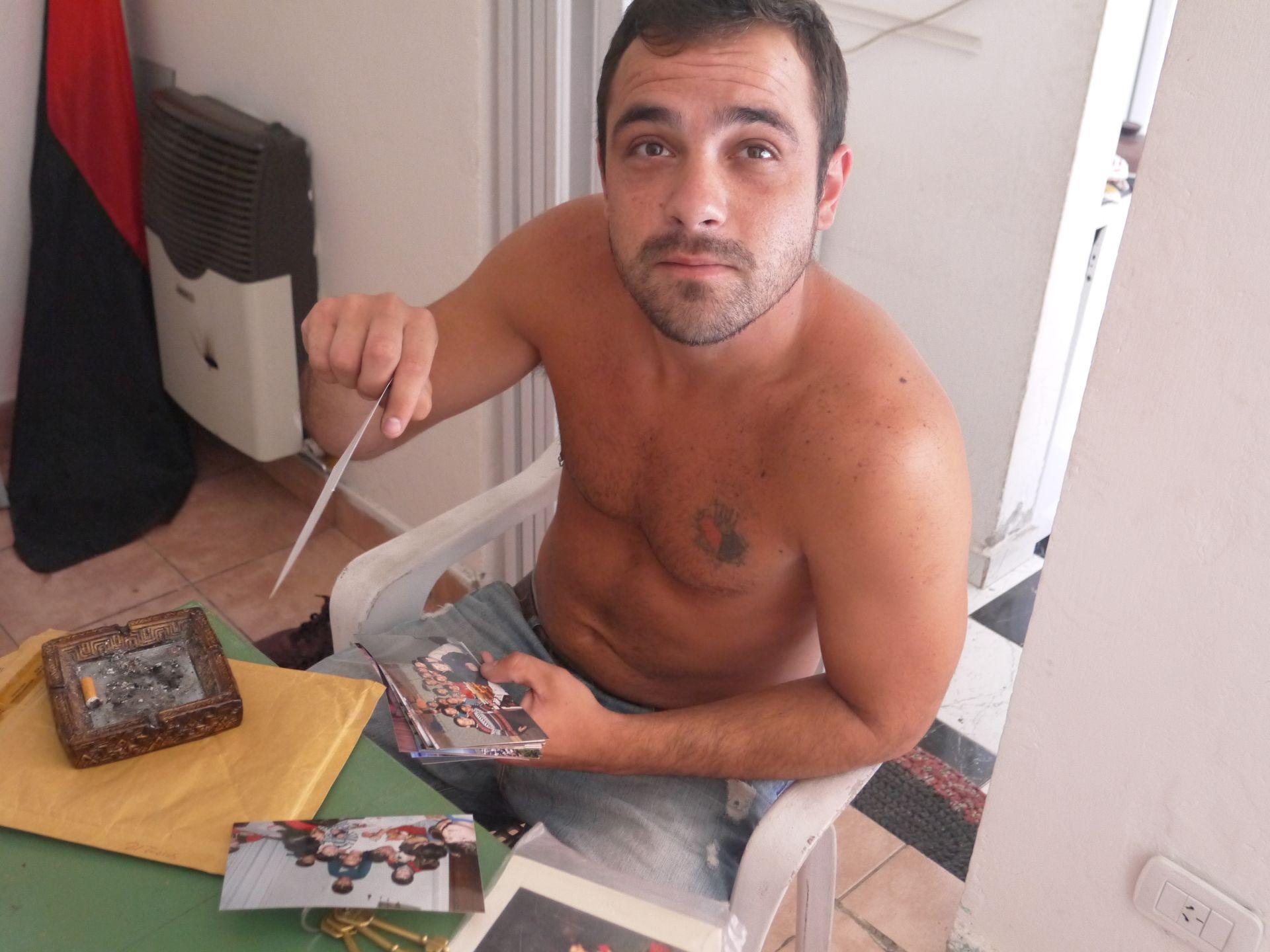 Agustin, kolega Messiego z dzieciństwa, pokazuje wspólne zdjęcia z Leo (fot. Intoamericas.com)