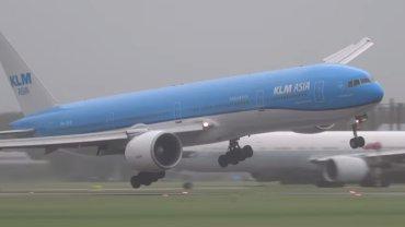 Dramatyczne lądowanie samolotu na Schiphol w trakcie burzy
