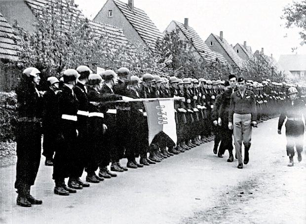 Heilbronn, 1947 r., dowódca Brygady płk Antoni Szacki 'Bohun' dokonuje przeglądu kompanii wartowniczej. Po ewakuacji z Czechosłowacji Brygada została rozlokowana w Coburgu, a później w Karsfeld w Bawarii. Początkowo żołnierze wykonywali prace fizyczne, a następnie na mocy porozumienia z gen. Pattonem zostali skierowani do ochrony obiektów wojskowych i przemysłowych.