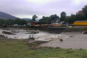 Nawa�nice w Ma�opolsce. Ewakuacja szpitala, zalane domy i auta, zerwane mosty, uszkodzone ulice