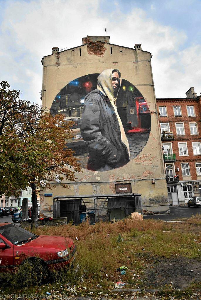 Sebas Velasco z Bilbao przed muralem swojego autorstwa na kamienicy przy ul. Strzeleckiej 26 na Pradze  / FRANCISZEK MAZUR