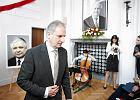 Wojewoda z PiS oddaje hołd Lechowi Kaczyńskiemu - sala, tablica, poezja, modlitwa