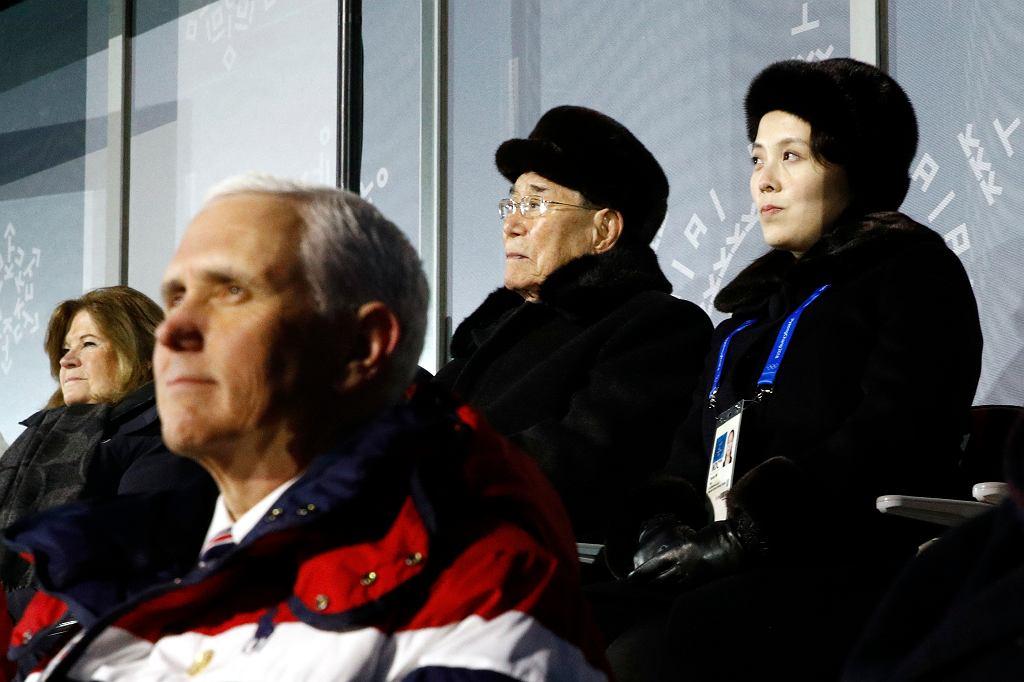 Wiceprezydent USA Mike Pence na Zimowych Igrzyskach Olimpijskich. Za nim siedzi siostra Kim Dzong Una, Kim Yo Jong