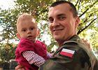 Michał Weidemann z córeczką Michalinką. Piknik wcześniaków na dziedzińcu Szpitala ks. Anny Mazowieckiej przy Karowej