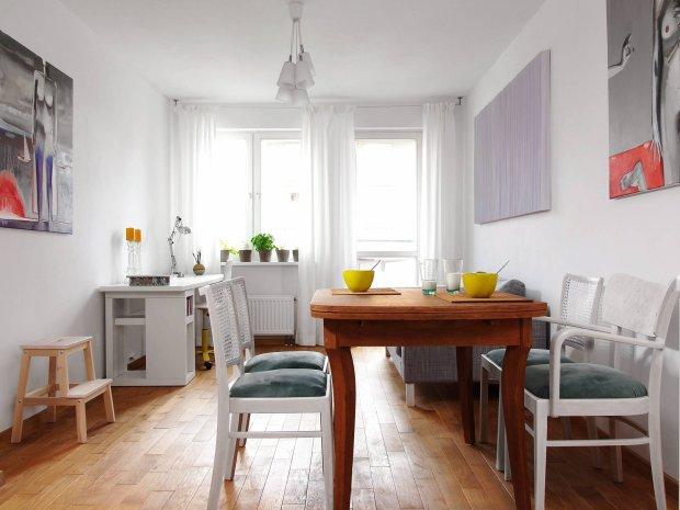Meble jadalniane z pchlego targu gospodyni własnoręcznie odnowiła. Dębowy stół po zeszlifowaniu starego lakieru zaolejowała, a bukowe krzesła z oparciami z rafii pokryła białą lakierobejcą, zmieniła też ich tapicerkę.