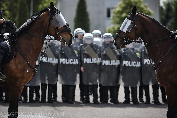Policjanci i strażacy grożą protestem na ulicach Warszawy