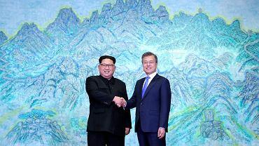 Przywódca Korei Północnej Kim Dżong Un i prezydent Korei Południowej Moon Jae-in podczas historycznego szczytu w Korei Południowej, 27 kwietnia 2018.