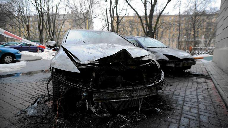 Spalone auta przy skwerze Oleandrów