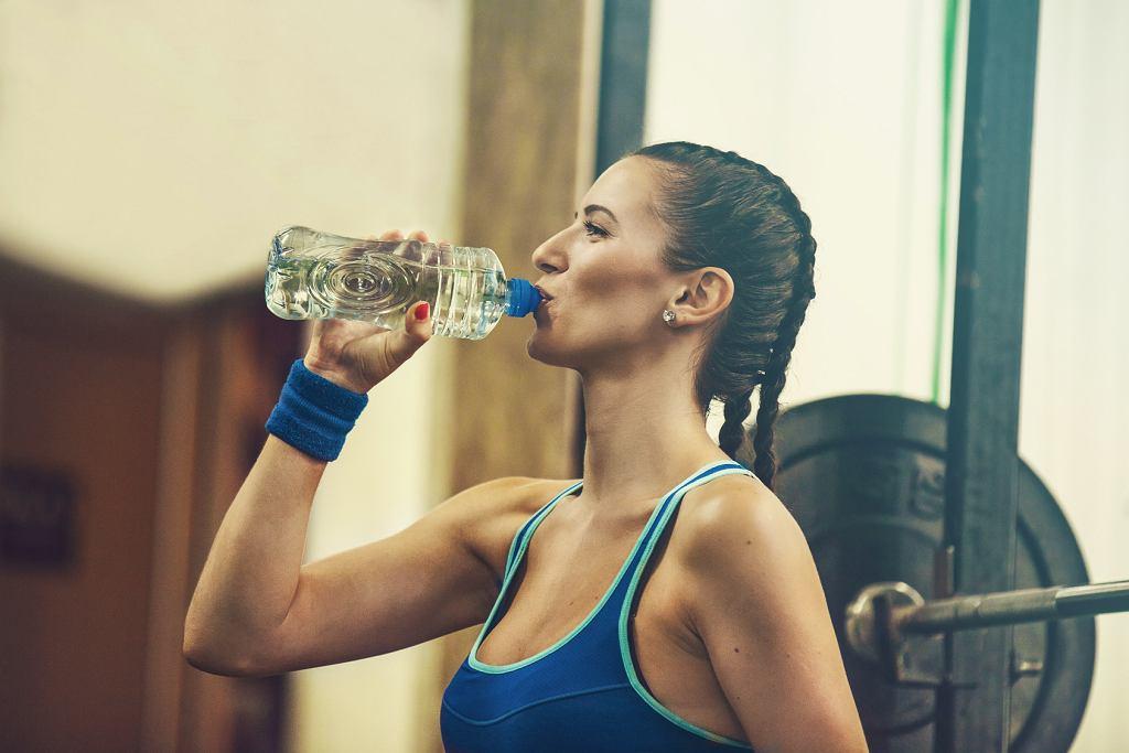 Pot ochładza organizm. Pij dużo wody i nie wstydź się tego, że się pocisz.