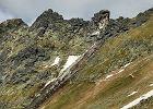 Tatry. Czerwony szlak ze Świnicy na Zawrat zamknięty. Oderwała się skała