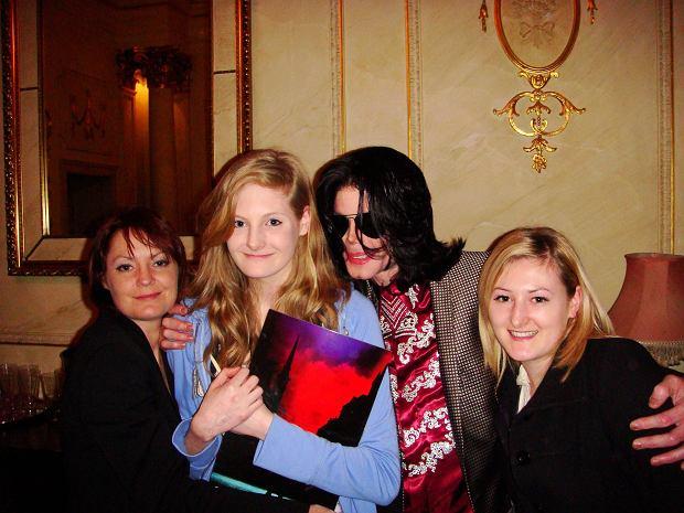 Michael Jackson z Harriet Lester (po lewej) i Lucy Lester oraz ich matką w 2009 roku.
