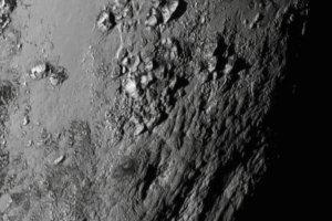 """Triumf NASA! Nowe zdj�cia sondy New Horizons: m�ode g�ry na Plutonie, """"Mordor"""" na Charonie i tajemniczy ksi�yc Hydra"""