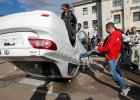 Poprzewracane samochody i �wiece dymne przed ambasad� Rosji. Protesty w Kijowie
