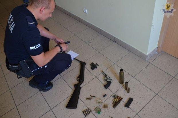 60-latka z Gda�ska grozi�a s�siadce broni�. Mia�a ca�y arsena�