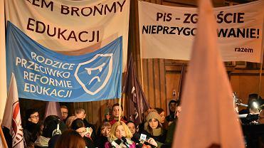 Pikieta rodziców i nauczycieli pod Ministerstwem Edukacji w Warszawie przeciw reformie edukacji rządu PiS z marca 2017 r.