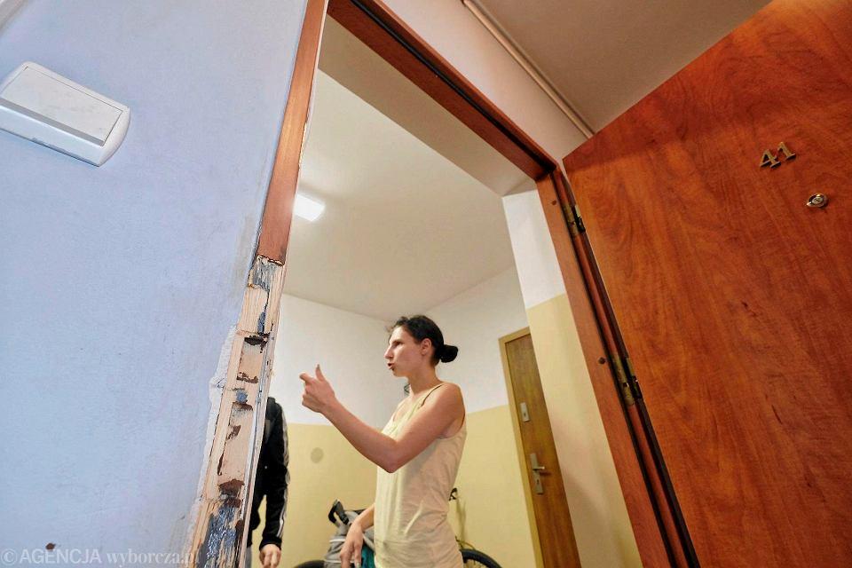 Framuga drzwi uszkodzona podczas próby nielegalnej eksmisji w Luboniu