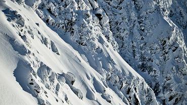 Zdjęcia zakopiańskiego fotografa Marcina Kina. Specjalizuje się w fotografowaniu sportów ekstremalnych, głównie narciarstwa i snowboardu. W ostatnich latach uwieczniał imprezy Red Bulla, rajd Dakar a także wyprawę narciarską na ośmiotysięcznik Shishapangma.  Na zdjęciu Olek Pobikrowski w okolicach Ostrego Rohacza w Tatrach